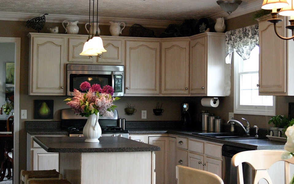 Ideas for decorating the top of kitchen cabinets for Decorate pictures